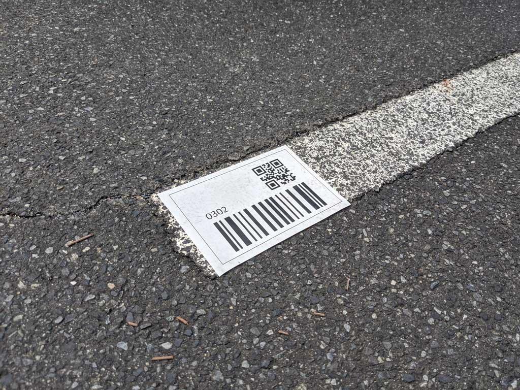 地面に貼り付けたQRコード