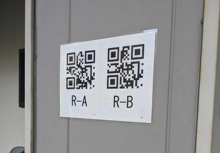 柱に付けたQRコード